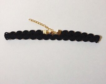 Wavy Trim Choker in Black