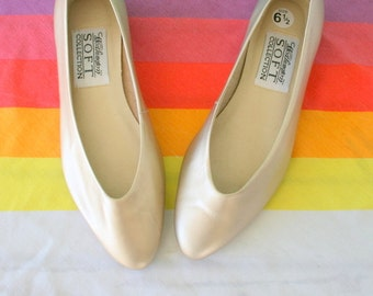 Vintage GOLD LEATHER Flats.....size 6.5 womens...gold.shoes. 1980s flats. rad. mod. retro. designer. urban. ballerina flats. loafers.