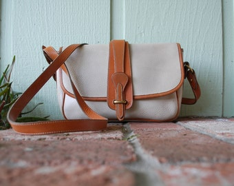 VTG Dooney and Bourke Cream Tan Pebbled Leather Classic Crossbody Bag Purse Shoulder Bag Designer Spring Fashion Preppy Hipster Boho Bag