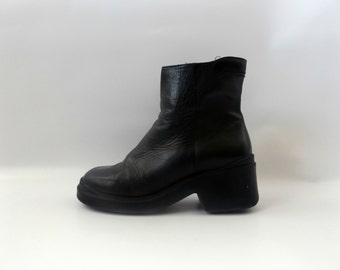 Black Mod Grunge Boots Vintage 90s Leather Minimalist Ankle Booties Womens Size US 8 Club Kid Goth Shoes 1990s Modern Hipster Boho Boot Shoe