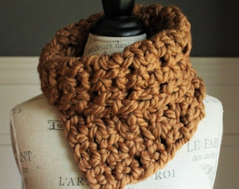 CROCHETED COWL with chunky yarn // The Kathryn // Caramel