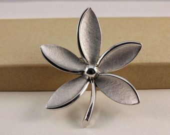 Crown Trifari Silver Tone Flower Brooch (vintage retro 50s 60s signed floral mad men pinup pretty metal)