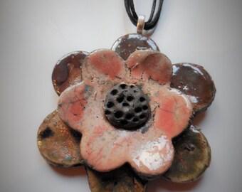 Collana in ceramica Raku/collana fiore/OOAK collana/pendente fiore rosa/accessori donna/collana con perline di lava