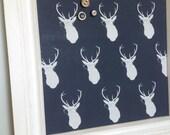 Babillard aimanté fait main recouvert de tissu cerfs à lunettes bleu turquoise organisation chambre mémo photos décor mural Les Fabriqués