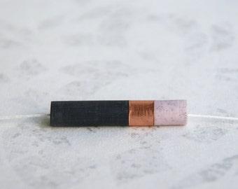 ASTRÉE // pendentif en cuivre et résine noire et rose clair sur chaîne ou fil de jade