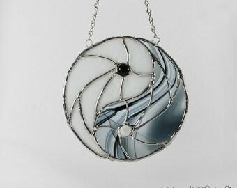 Stained glass Ying yan suncatcher - white black stained glass hanging - stained glass cling -  glass window art - gift zen - Arts Vitrail