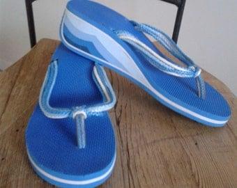 Vintage 1970s Wedge Flip Flop Platform/ 70's Wedges Thongs/Rainbow Blue Beach Resort/July 4th/Ocean Wave/Summer/Sandals/Vacation