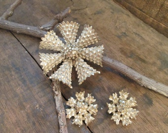 vintage light gold tone bsk brooch and matching clip earrings