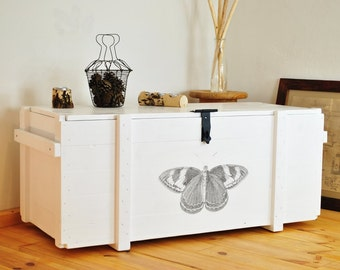 Weiße Wäschetruhe shabby chic > Schmetterling < | Schlafzimmermöbel | eleganter Sofatisch | retro Truhenbank | Couchtischtruhe | Holzkiste