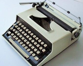 Vintage Typewriter / Sleek and Portable Style / Remington White / Monarch 1 / Sperry Rand