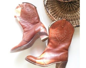 the vintage western boots . cowgirl boots . cowboy boots . vintage leather boots . southwestern boho bohemian boots