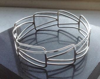 Structural wire bracelet