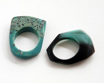 Set of two facetted resin rings, marbled in turquiose and black