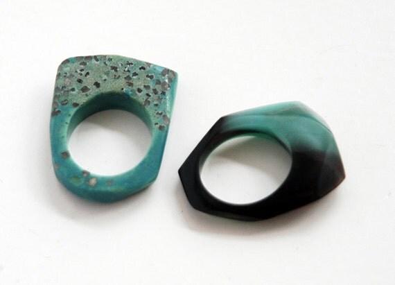 set zwei facettierte ringe aus kunstharz t rkis schwarz. Black Bedroom Furniture Sets. Home Design Ideas