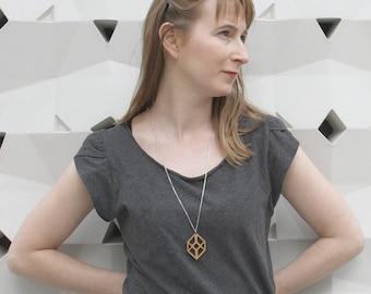 Sautoir géométrique en bois, collier cube ajouré, pendentif minimaliste et graphique, bijoux design art optique, bijou artisanal, original