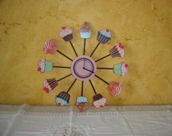 Petite horloge cuisine sympa avec cakes et gateaux. France