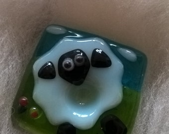 Fused glass nugget for support spinning (sheep in the field)