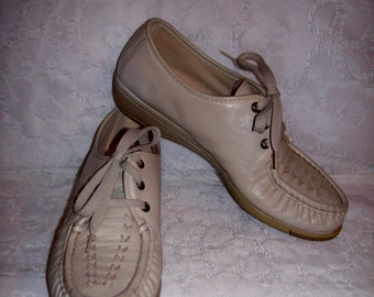 Vintage Ladies Beige Leather Oxfords by Soft Spots Size 7 1/2 N Only 5 USD