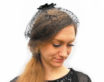 1940s Gothic Birdcage Veil Fascinator Black Widow Costume Millinery Hat with Velvet Bow, Goth Feathers and Polka Dot Tufted Mourning Netting