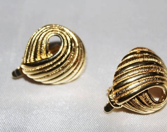 SALE! Exquisite Dashing Vintage TRIFARI Couture Runway Textured Gold Tone Earrings ED7