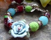 porcelain flower bracelet, red focal bead bracelet, coral bracelet, bracelet corail, fleur bleue bracelet, perle au chalumeau bracelet