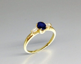 Stunning solitaire blue Sapphire with 2 Diamonds - engagement ring -gift idea- solid gold with precious gemstone - classic and modern design