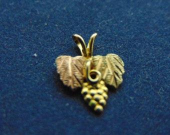 Womens Vintage Estate 10K Gold Grape Leaf Pendant 0.6g E2350