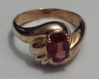 Ladies 9 Carat Yellow Gold and Red Spinel Ring (r32)