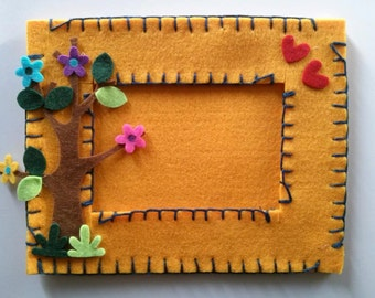 Picture frame made of felt and felt accomplished and decorated by hand