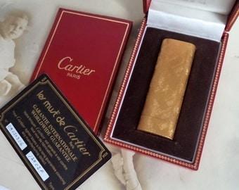 Vintage Cartier Must de Cartier Gold Modernist lighter Swiss Original Box Engraved Art Vintage 70s Rare Model 12102 Yellow Gold GP gift prop