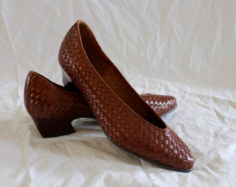 Vintage brown leather woven flats!