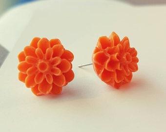 Orange resin flower stud earrings.