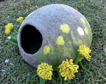 Luxury cat house Dandelions. Cat Nap Cocoon Yellow dandelions. Cat cave bed with flowers. Sleep Vessel. Hand Felted wool