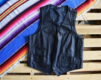 Mens Vintage L-XL 42 <> Black Leather Motorcycle Vest <> Made in USA <> Snap Front Western Yokes Pockets Nylon lined <> Biker Moto