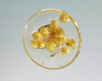 Resin with chamomile flower ring