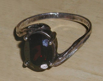 Exquisitely Delicate Vintage Oval Cut Garnet Sterling Silver 925 Nouveau Setting Ring - Size 6