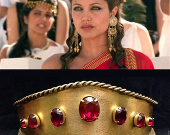 Crown Angelina Jolie, earrings and bracelets.