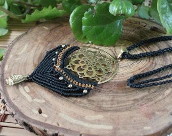 Macrame bead necklace with bronze.