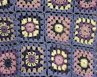 Crochet baby blanket: pastel granny square