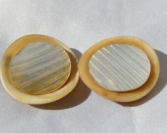 Two bakelite knobs with Nacre circle 3.9 cm in diameter