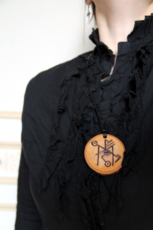 pendentif en bois grav amulette viking rune de protection. Black Bedroom Furniture Sets. Home Design Ideas