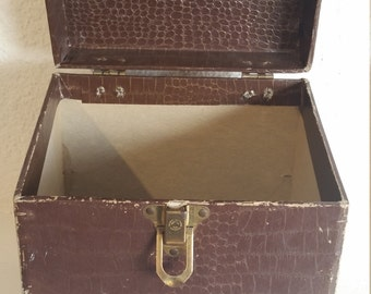 """Vintage 45 case 7"""" record box in very good condition."""
