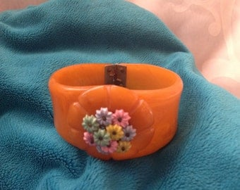 Vintage butterscotch oval Bakelite clamper  bracelet with floral decoration
