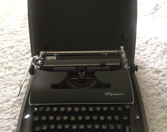 Olympia deluxe Typewriter Vintage, Gray  in silver with carrying case 1950 good  condition