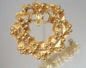 Christmas Wreath Pin Holiday Brooch Gold Tone Satin & Gloss
