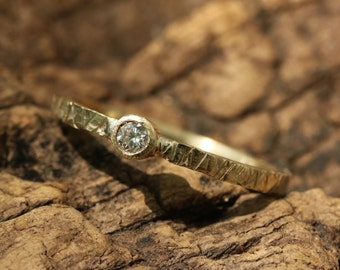 Round Diamond engagement ring in 18k textured gold band