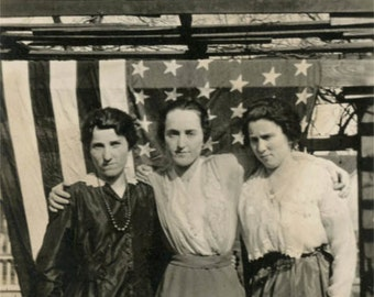 vintage photo 1918 Women Affectionate in front of American Flag