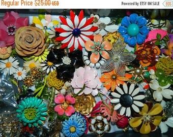 Sale 1960's Daisy Flower Jewelry pin Floral Metal Spring Time Flower Power, Metal Flower Bouquet Pin, Flower Brooch, Yellow Flower