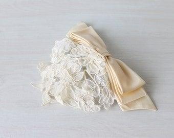 Vintage 1960s Wedding Veil Lace Headpiece / 60s Wedding Veil / Lace and Bows