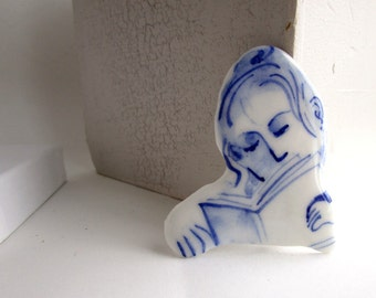 Lea - Portrait of a reading girl - Hand painted porcelain brooch in blue and white Delft - Dutch
